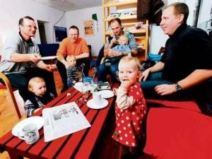 Männerunde im Papaladen in Berlin